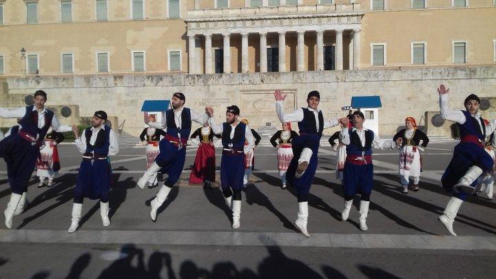 Χορός Φιλίας στο Σύνταγμα μπροστά στον Άγνωστο Στρατιώτη και στη Βουλή