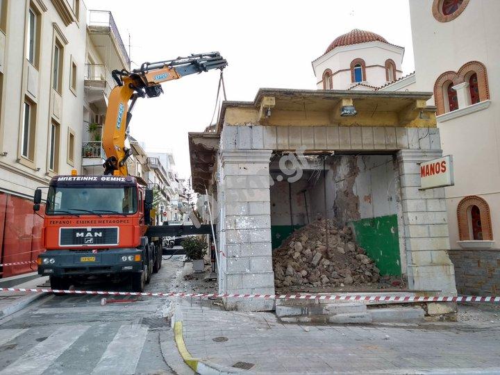 Ένα παλιό κτίριο φεύγει, ανάμικτα συναισθήματα