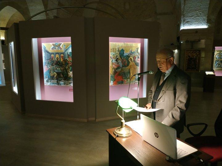 """Εντυπωσιασμένοι έφυγαν όσοι τυχεροί παρευρέθηκαν στην τελευταία εκδήλωση του 2018 που οργάνωσε το Μουσείο Χριστιανικής Τέχνης """"Αγία Αικατερίνη Σιναϊτών"""" στον χώρο του Μουσείου την Παρασκευή 28 Δεκεμβρίου. Ήταν μια μαγευτική περιπλάνηση στον χρόνο διανθισμένη με λόγο και παραδοσιακά κάλαντα, μια περιπλάνηση που ξεκίνησε από την προϊστορική εποχή κι έφτασε μέχρι τις μέρες μας, αναδεικνύοντας τη διαχρονία του πολιτισμού και την επιβίωση εθίμων που διατηρήθηκαν σχεδόν αυτούσια. Ο διαπρεπής αρχαιολόγος, π. διευθυντής του Αρχαιολογικού Μουσείου Ηρακλείου και επίτ. Διευθυντής του Επιγραφικού Μουσείου της Αθήνας, παρουσίασε πλήθος ιστορικών τεκμηρίων και αρχαιολογικών ευρημάτων τα οποία αναδεικνύουν τις ψυχικές ανάγκες των ανθρώπων να υποβοηθήσουν το καλό και να αποτρέψουν το κακό, ιδιαίτερα σε κρίσιμες περιόδους όπως είναι η αρχή της κάθε καινούργιας χρονιάς.  Ο κ. Κριτζάς ξεκίνησε την ομιλία του απαγγέλλοντας τα κάλαντα που, σύμφωνα με το βυζαντινό λεξικό """"Σούδα"""", έψαλλε ο ίδιος ο Όμηρος στη νήσο Σάμο και στη συνέχεια παρέθεσε την απόδοσή τους στα Νέα Ελληνικά:   Σ' αρχοντικό εμπήκαμε μεγάλου νοικοκύρη με λόγο που 'χει πέραση και μ' αγαθά περίσσα. Ανοίξτε πόρτες διάπλατα να μπουν μεγάλα πλούτη, μαζί κι η θαλερή χαρά κι η ευλογημένη Ειρήνη. Γιομάτοι να' ναι οι πίθοι σας, πολλά τα ζυμωτά σας, φέρε μας κριθαρόψωμο με το πολύ σουσάμι. Νύφη για το μοναχογιό να κάτσει τραγουδώντας στ' αμάξι που το σέρνουνε τα δυνατά μουλάρια να 'ρθει σ' αυτό το σπιτικό να' φαίνει τα προικιά της. Κάθε χρονιά θε να 'ρχομαι κι εγώ σαν χελιδόνι. Μα φέρε γρήγορα λοιπόν ό,τι είναι να μας δώσεις γιατί αλλιώς θα φύγουμε, δε θα ξημερωθούμε! «Νομίζει κανείς πως ο χρόνος σταμάτησε και πως ακούει τα κάλαντα που έψαλλαν οι πατεράδες μας» είπε ο κ. Κριτζάς, και συνέχισε με άλλα ευετηριακά έθιμα, όπως τα περίφημα χελιδονίσματα, το έθιμο που διατηρήθηκε μέχρι τον 20ό αιώνα σε διάφορες περιοχές της Ελλάδας (τα παιδιά υποδέχονταν κάθε χρόνο τα χελιδόνια και την άνοιξη ψάλλοντας κάλαντα κατά την πρώτη μέρα του Μά"""