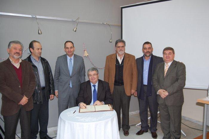 από την υπογραφή του Πρωτοκόλλου      Συνεργασίας:  Διακρίνονται (από      αριστερά) οι κ.κ.:  Θ. Πατεράκης, Μ.      Φραγκούλης, Ι. Πλακιωτάκης, Ι. Χρυοουλάκης, Α. Ζερβός, Γ. Στεφανάκης και  Μ.      Χρηστάκης