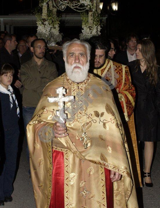 ο παπά Σταύρος σε περιφορά του επιταφίου, βράδυ Μεγάλης Παρασκευής