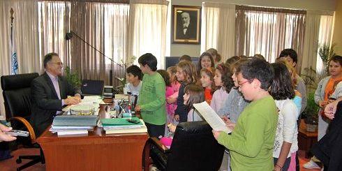 οι μαθητές του 5ου δημοτικού σχολείου στον δήμαρχο Αγίου Νικολάου