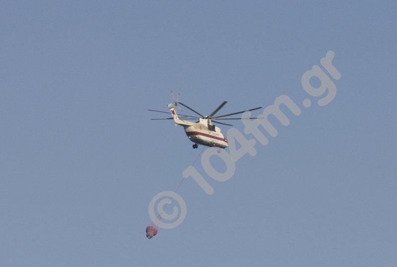 ένα πυροσβεστικό ελικόπτερο εν ώρα ρίψης