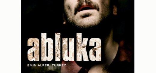 Με το πολιτικό θρίλερ «Υποψίες – Abluka» συνεχίζονται οι εβδομαδιαίες προβολές επιλεγμένων ταινιών, που διοργανώνει η Λέσχη Κινηματογράφου Αγίου Νικολάου σε συνεργασία με τον Π.Α.Ο.Δ.Α.Ν. Την Τρίτη 26 Νοεμβρίου στις 21:30 στο κινηματοθέατρο RΕΧ, προβάλλεται η βραβευμένη στο φεστιβάλ Βενετίας ταινία του ταλαντούχου Τούρκου σκηνοθέτη Εμίν Αλπέρ. Είναι παραγωγής Τουρκίας 2015, διάρκειας 119′ και πρωταγωνιστούν οι: Τουλίν Οζέν, Μεχμέτ Οζγκούρ, Μπερκάι Ατές. Υπόθεση: Ο Καντίρ βγαίνει από τη φυλακή με αναστολή, ύστερα από φυλάκιση είκοσι ετών, με τον όρο να συνεργαστεί με τη μυστική υπηρεσία για την εκκαθάριση τρομοκρατών στη γειτονιά του. Συναντά τον μικρότερο αδελφό του, με τον οποίο επιδιώκει απεγνωσμένα να επανασυνδεθεί. Η ταινία παρακολουθεί τη μεταξύ τους σχέση αλλά και τις σχέσεις τους με τον κοινωνικό τους περίγυρο, μέσα σε ένα ζοφερό περιβάλλον, όπου έχει εισχωρήσει η βία και οι κάτοικοι βρίσκονται υπό συνεχή, αόρατη παρακολούθηση… Στη δεύτερη μεγάλου μήκους του ταινία, ο Εμίν Αλπέρ παρουσιάζει την σύγχρονη πολιτική κατάσταση στην Τουρκία. Με την αφηγηματική πλοκή να κινείται μεταξύ πραγματικού και φαντασιακού, δημιουργεί ένα συναρπαστικό ψυχολογικό θρίλερ, που έχοντας σαν σκελετό ένα κοινωνικό δράμα, μετεξελίσσεται τελικά σε καυστική πολιτική αλληγορία. Περισσότερες πληροφορίες για την ταινία, αφίσες, φωτογραφίες, trailer, συνεντεύξεις, πληροφορίες για την σκηνοθέτιδα στην ιστοσελίδα μας
