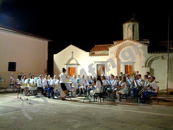 κοινή μουσική εμφάνιση έξω από τη Παναγία Κουμπελίνα στο Χουμεριάκο