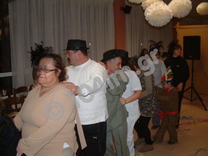 χορεύοντας και διασκεδάζοντας ...