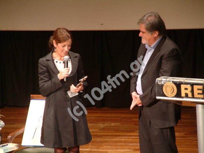 ο δήμαρχος Αγίου Νικολάου Αντώνης Ζερβός, επιδίδει την απόφαση του Δ.Σ. και ένα αναμνηστικό γλυπτό στη Victoria Hislop