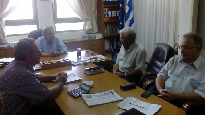 ο υποψήφιος βουλευτής με τον διοικητή του νοσοκομείου Αγίου Νικολάου