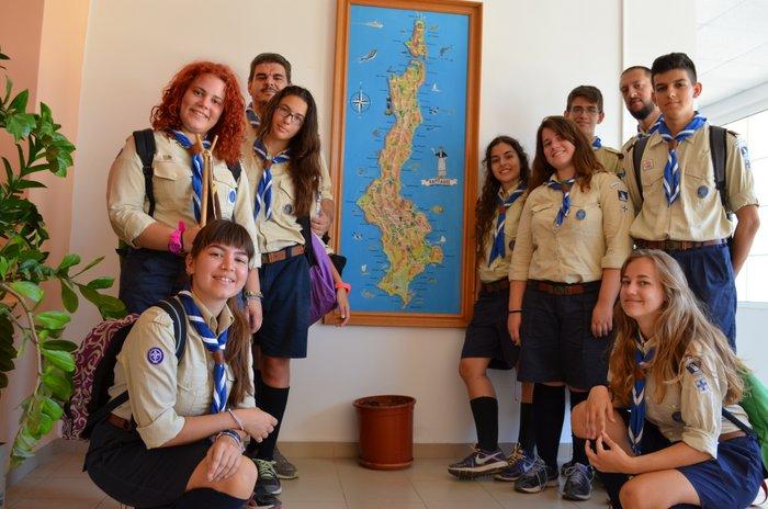 οι πρόσκοποι σε αναμνηστική φωτογραφία δίπλα σε χάρτη της Καρπάθου