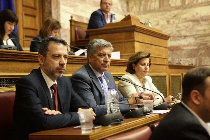 ο Γενικός Απόδημου Ελληνισμού κ. Δημήτρης Πλευράκης, ο Πρόεδρος της ΚΕΔΕ κ. Γιώργος Πατούλης, και η εκπρόσωπος της ΕΝΑΕ Περιφερειάρχης Β. Αιγαίου κα. Άννα Καλογήρου