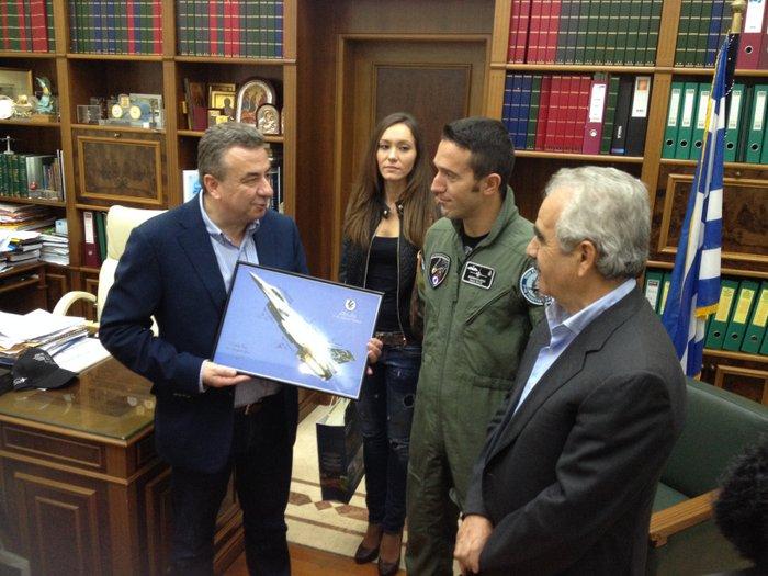 ο Γιώργος Ανδρουλάκης παραδίδει τη φωτογραφία του F-16 στον Στ. Αρναουτάκη