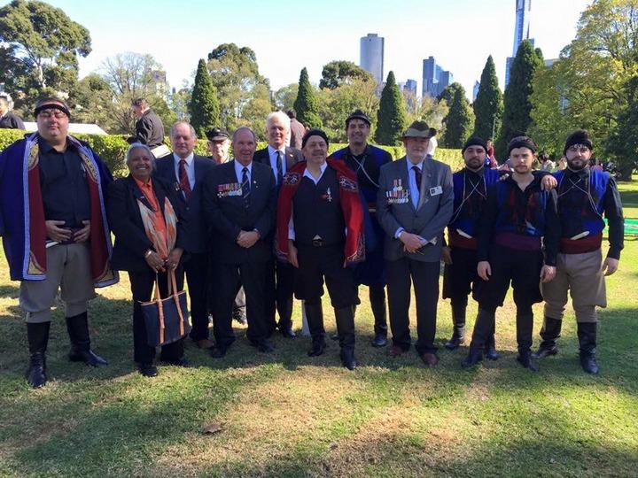 Κρητικοί βρακοφόροι, μαζί με μέλη και απογόνους της ANZAC
