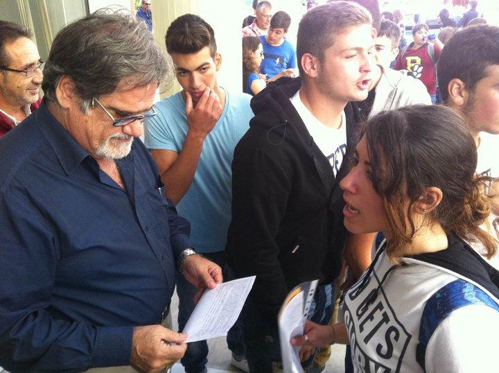 οι μαθητές επιδίδουν τις θέσεις τους στον δήμαρχο Αγίου Νικολάου