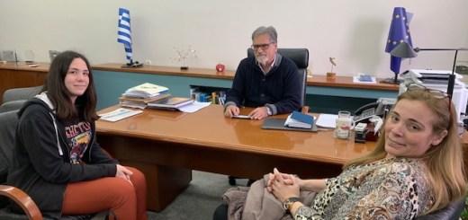 Τη μαθήτρια που τραγούδησε Ερωτόκριτο στο Ευρωκοινοβούλιο δέχτηκε ο δήμαρχος Αγ. Νικολάου
