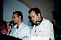 Νίκος Τζώρτζης, αριστερά,  παρουσιάζοντας ένα από τα τραγούδια, Γιώργος Τουτουδάκης στον ήχο