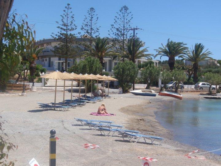 Οι τουρίστες φταίνε για την παραλία του Καθολικού!