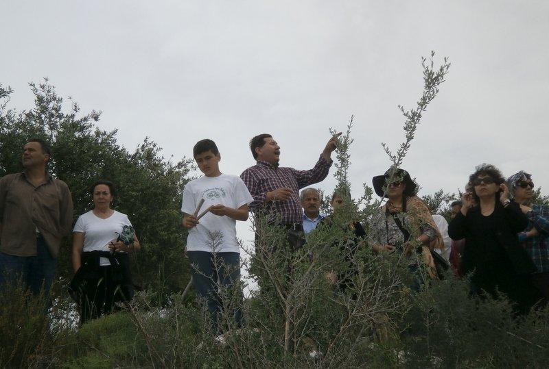 ο Νίκος Παναγιωτάκης (στο κέντρο) ξεναγεί στις Φρυκτωρίες της Πεδιάδας
