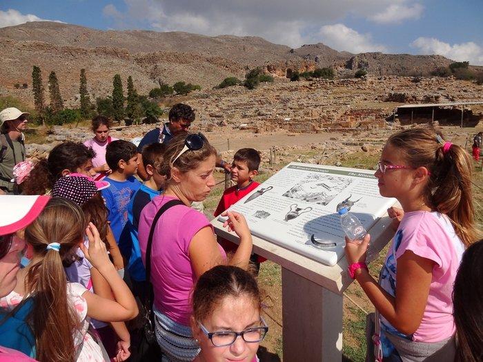 οι μαθητές ξεναγούνται στο αρχαιολογικό χώρο της κάτω Ζάκρου