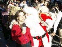 ο Άη Βασίλης εύχεται δια ζώσης στη δημοσιογράφο της ΕΡΤ Φανή Καλαθάκη που καλύπτει το γεγονός