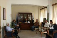 Ο νομάρχης με τον ελεγκτή του ΕΛΓΑ και τους υπόλοιπους συμμετέχοντες στη συνάντηση