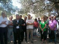 ο υφυπουργός αγροτικής ανάπτυξης Μιχάλης Καρχιμάκης, με εκπροσώπους των συλλόγων στην αρχαία ελιά στον Αζωργιά