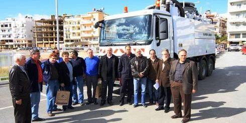 δήμαρχοι, μέλη της Δ.Ε.Υ.Α.Ν. και εκπρόσωποιν των κατασκευαστών μαζί με το όχημα