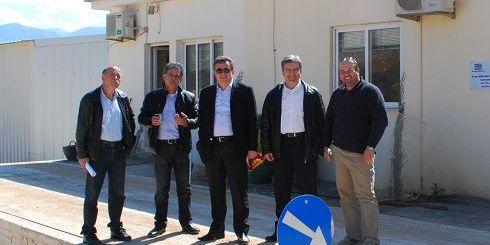 ο Σταύρος Αρναουτάκης με τον δήμαρχο Σπύρο Δανέλλη και υπηρεσιακοί παράγοντες