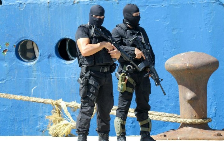 λιμενικοί φρουρούν το πλοίο σε προβλήτα του Ηρακλείου