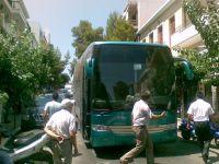 το καλώδιο πάνω στο λεωφορείο, η κυκλοφορία κομμένη και τα νεύρα μας.....