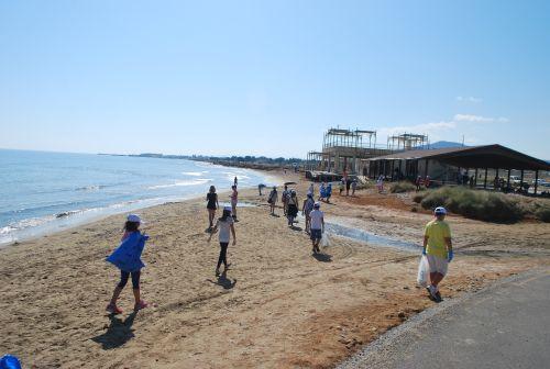 καθαρισμός της ακτής γύρω από το λιμανάκι Γουρνών