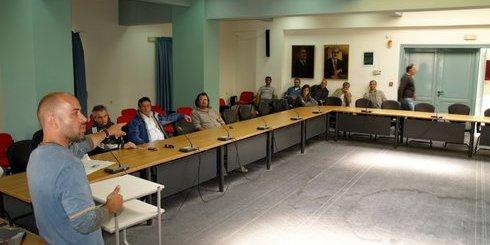 ο Κωστής Θεοδωράκης, ενημερώνει τα μέλη του συλλόγου