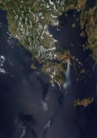 δορυφορική φωτογραφία της NASA που δείχνει το μέγεθος της καταστροφής, ο καπνός ορατός από το διάστημα
