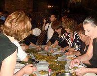 Οι γυναίκες του Αβδού, σερβίρουν τους καλεσμένους