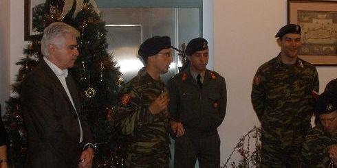 Ο κ. Καρούντζος με τους στρατιώτες της 126 Σμηναρχίας Μάχης