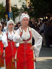Κοπέλλες με παραδοσιακές στολές