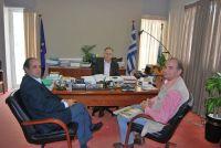 ο κ. Κουνενάκης και ο κ. Πεπόνης με τον εκπρόσωπο των μελετητών