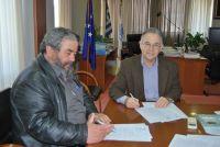 Ο δήμαρχος Αγίου Νικολάου, με τον εργολάβο υπογράφουν την σύμβαση