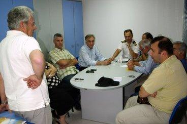 μετά την εκλογή, η νέα λιμενική επιτροπή, αριστερά όρθιος ο απερχόμενος πρόεδρος Μανώλης Δανδουλάκης, δεξιά καθήμενος ο Θεοφάνης Κοϊνάκης