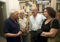 ο Αλ. Αλαβάνος στα γραφεία της Μεσογείου, μαζί με τον Κ. Γραμματικάκη, τον Γ. Γραμματικάκη και τη Ν. Βαλαβάνη