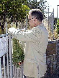 Ο Δήμαρχος κρεμάει την ανθοδέσμη στη κλειστή πόρτα