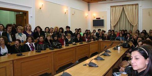 γυναίκες στην αίθουσα του Νομαρχιακού Συμβουλίου Ηρακλείου