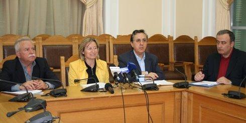 από αριστερά, οι νομάρχες: Ρεθύμνου Παπαδάκης, Ηρακλείου Σχοιναράκη και Λασιθίου Αναστασάκης