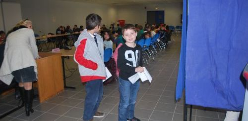 οι μαθητές μαθαίνουν τη διαδικασία της ψηφοφορίας