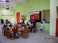 πιτσιρίκοι και δασκάλα στο χώρο του παιδικού σταθμού