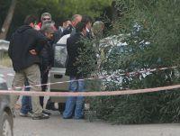 αστυνομικοί, έχοντας αποκλείσει το χώρο, εξετάζουν το αυτοκίνητο όπου βρέθηκε ο νεκρός