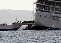 Το Νήσος Θηρασία, παραλαμβάνει επιβάτες