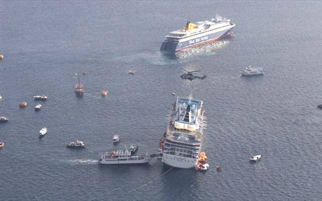 οι επιβάτες απομακρύνονται με ντόπια σκάφη...