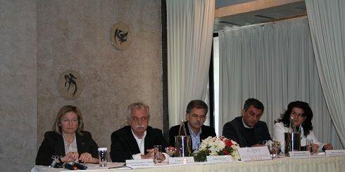 Η κ. Σχοιναράκη με τον κ. Μπένο και τον κ. Δανέλλη στην ημερίδα για τα αρχαία θέατρα