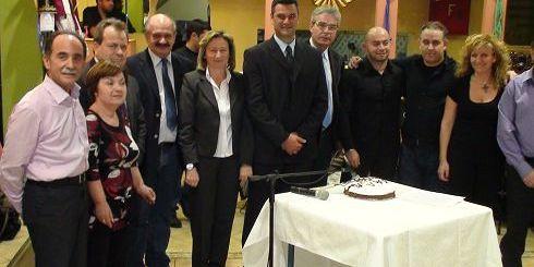 Η κ. Σχοιναράκη με μέλη του συλλόγου Κρητών Σύρου.