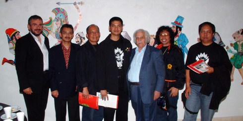ο Ευγένιος Σπαθάρης το 2006 στον Άγιο Νικόλαο, ανάμεσα στους συναδέλφους του του Wayang, μαζί με τον πρόεδρο του ΠΟΔΑΝ